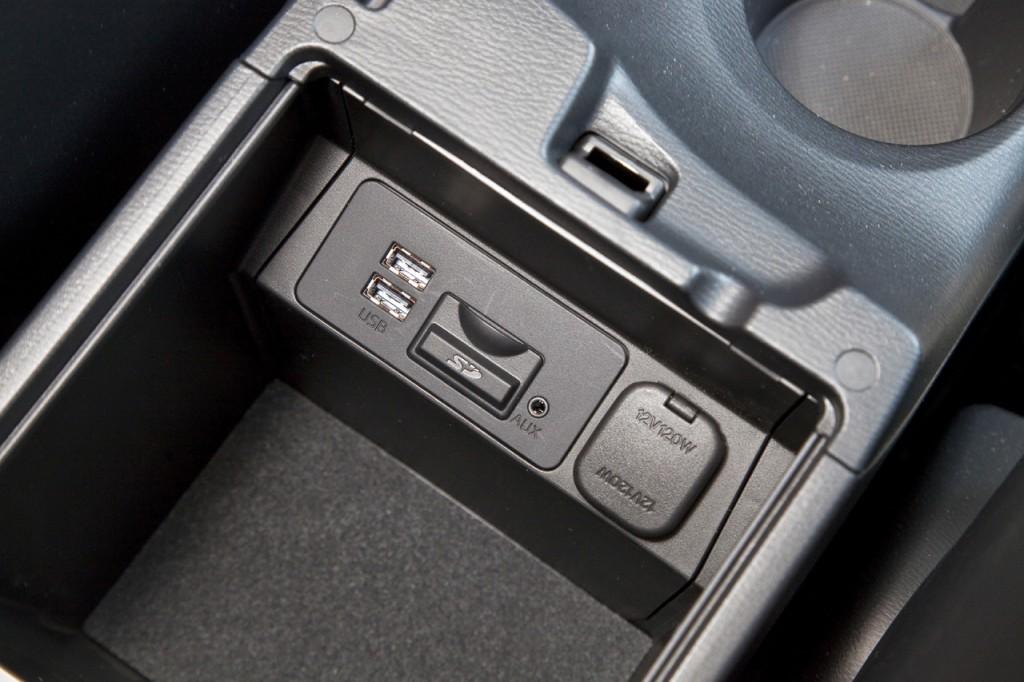 2 USB-a za glazbu te utor za SD karticu sa kartografijom smješteni su u središnjem naslonu za ruke