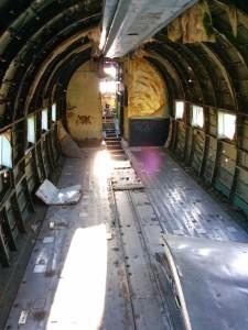 Iz unutrašnjosti je poskidano sve - putničko/teretni prostor se doima nekako manje nego kada se avion gleda izvana...