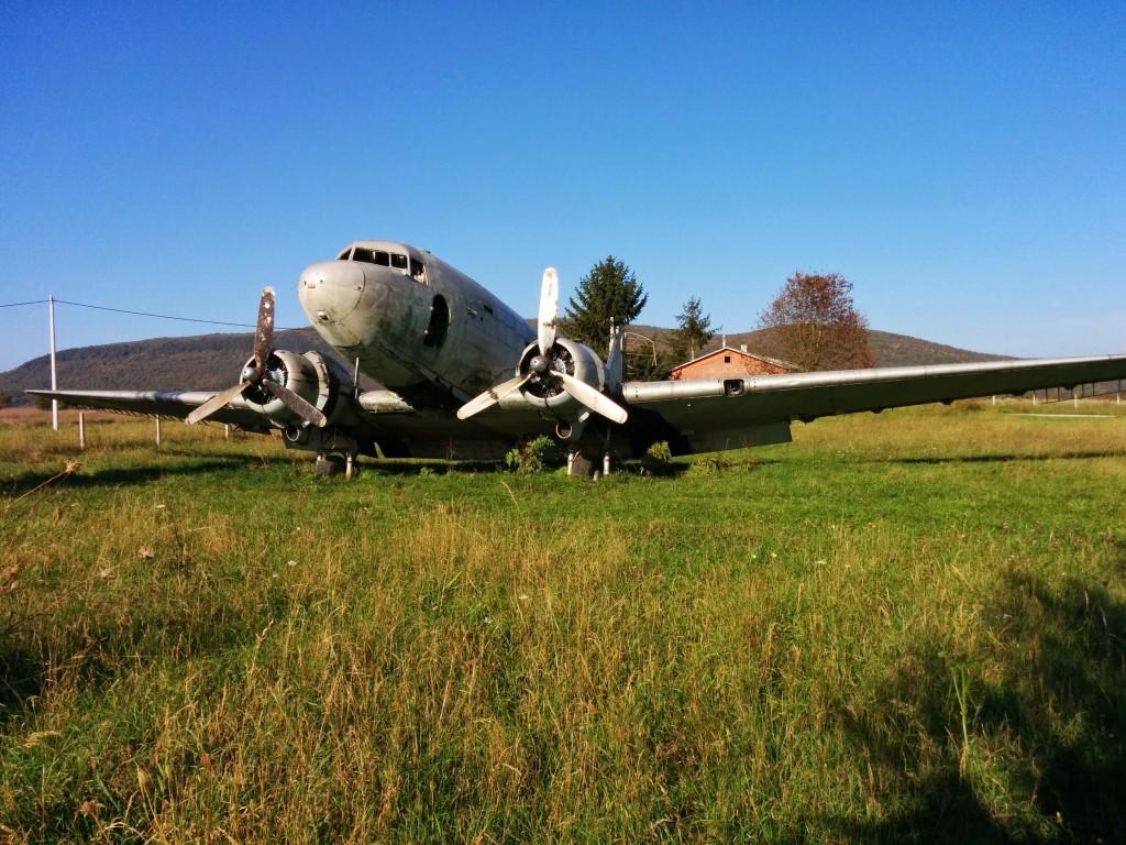 Ex-JRZ 71255, Otočac (LDRO), Hrvatska - ostavljena na lokalnom (neaktivnom?) sportskom aerodromu ova je Dakota prepuštena zubu vremena i vandalima...