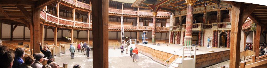 Panorama rekonstruiranog Globe kazališta u Londonu - vjerno originalu, natkriveni su samo lože na galeriji te dio pozornice