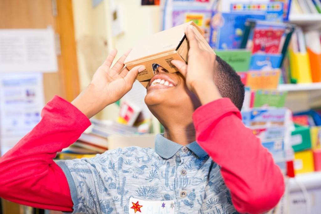 Google Cardboard VR u akciji - iako još uvijek u eksperimentalnoj fazi, pregledavanje Google Cultural Institutea kroz ultrajeftini Google Cardboard otvara savim novu dimenziju virtualnih šetnji